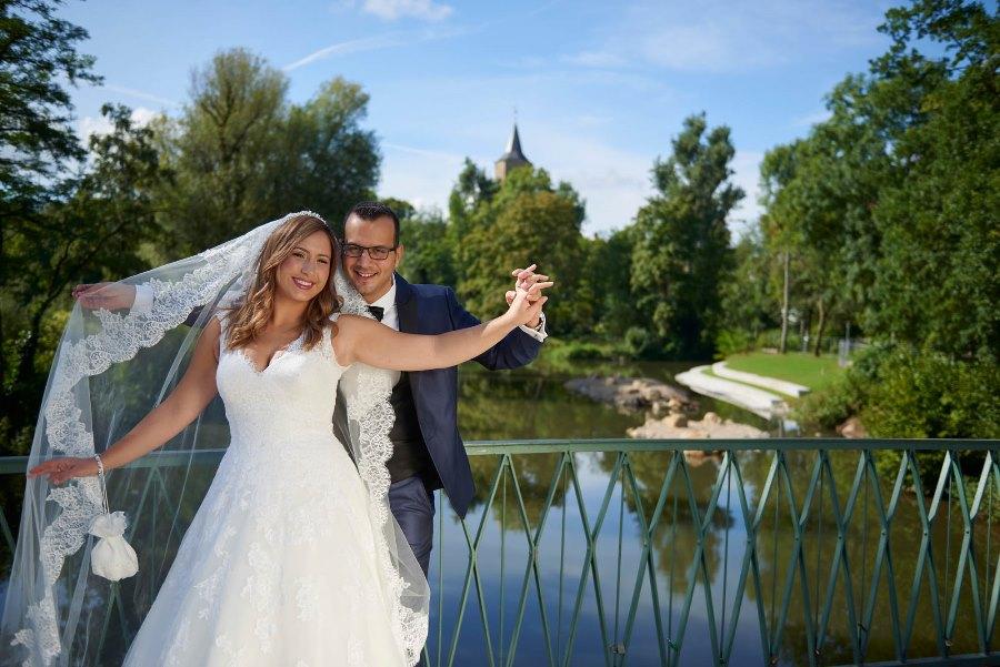 Hochzeitspaar auf Brücke